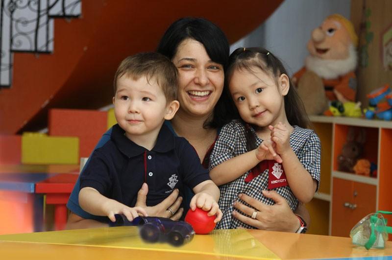 Khi chào đời và lớn lên, trẻ lại gắn kết tình cảm nhiều với những người nuôi dạy và gần gũi nhất.