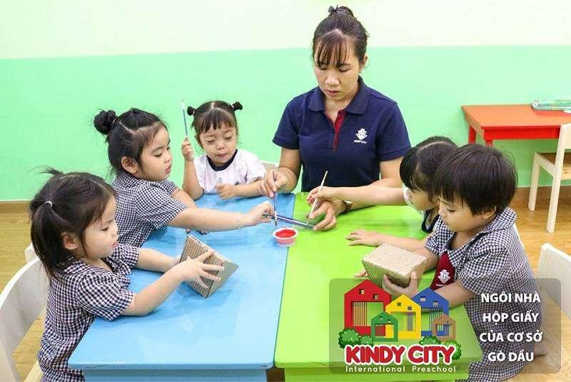 Học sinh Kindy City cùng cô làm ngồi nhà hộp giấy