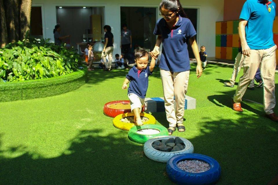 Sân chơi cũng là nơi lý tưởng để đánh dấu những bước đầu tiên khi bé vào trường
