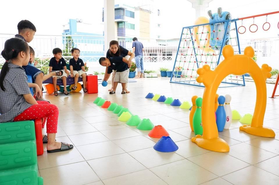 Trẻ tham gia hoạt động Bowling ngoài trời