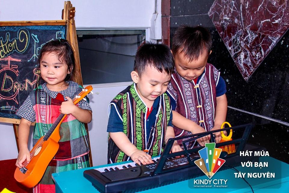 Trẻ Kindy City hát múa với bạn Tây Nguyên