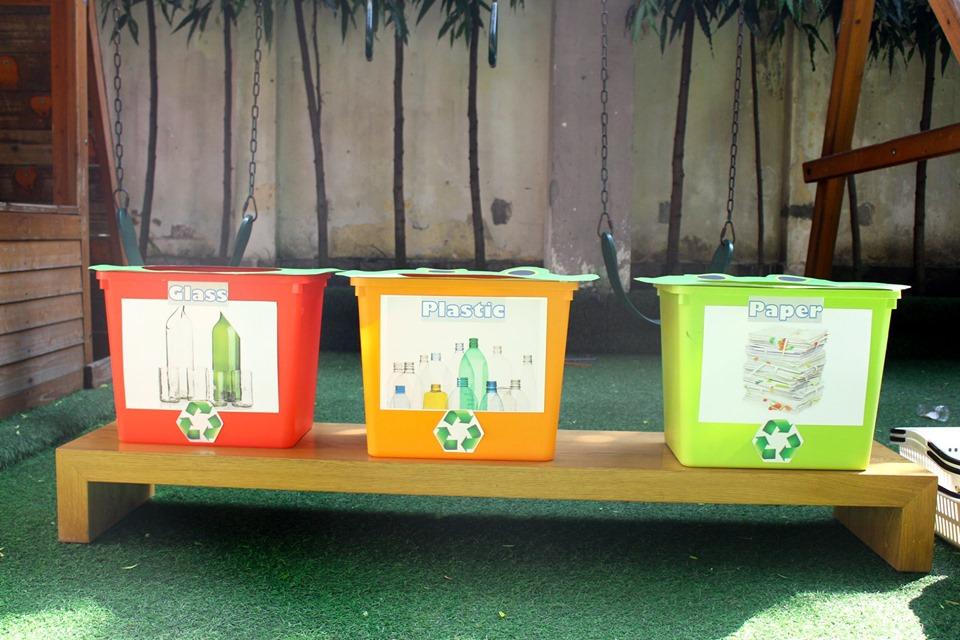 Dụng cụ chuyên nghiệp để nhặt rác gồm đôi găng tay cao su đeo sẵn, giỏ đựng rác