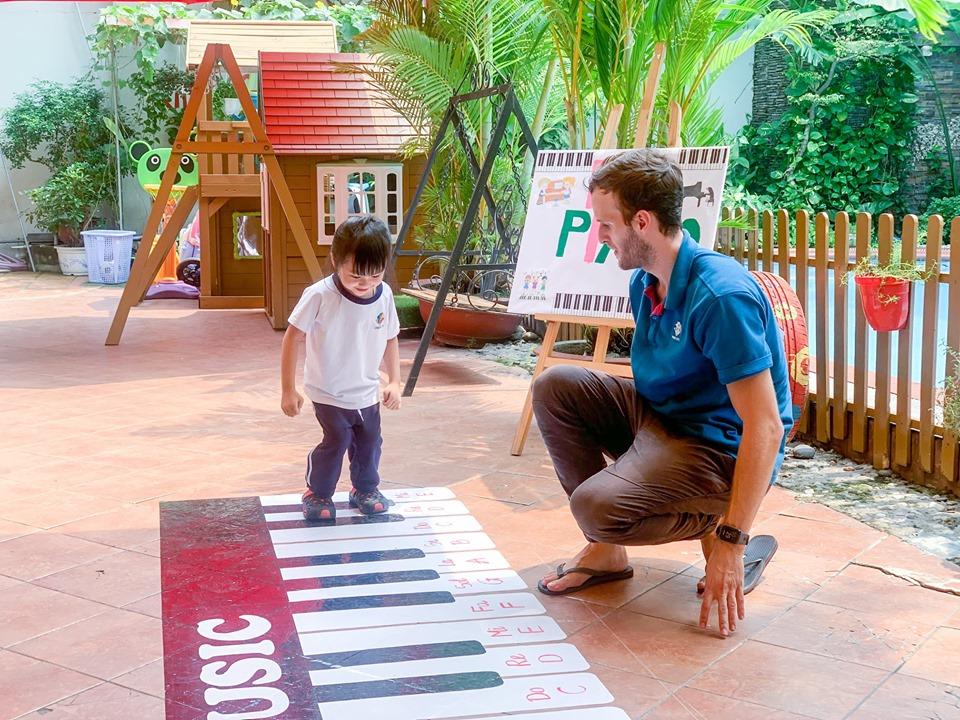 Học sinh Kindy City cùng nhịp bước với chiếc Piano khổng lồ