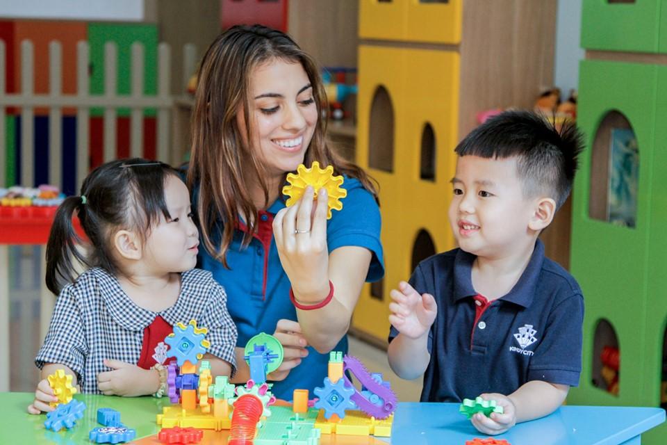 Học sinh Kindy City vui vẻ tham gia hoạt động cùng giáo viên