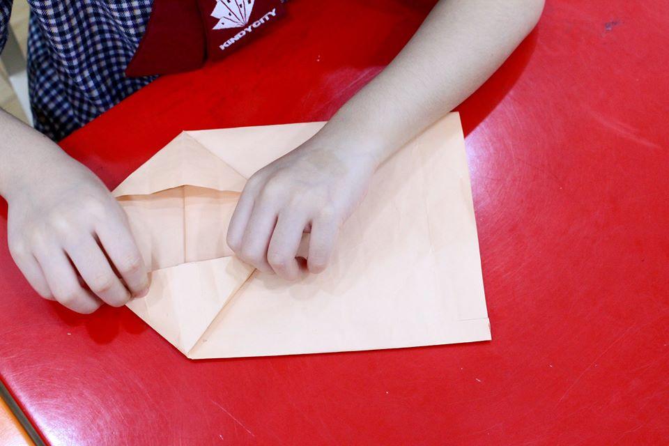 Học sinh Kindy City làm túi giấy thay thế túi Nylon