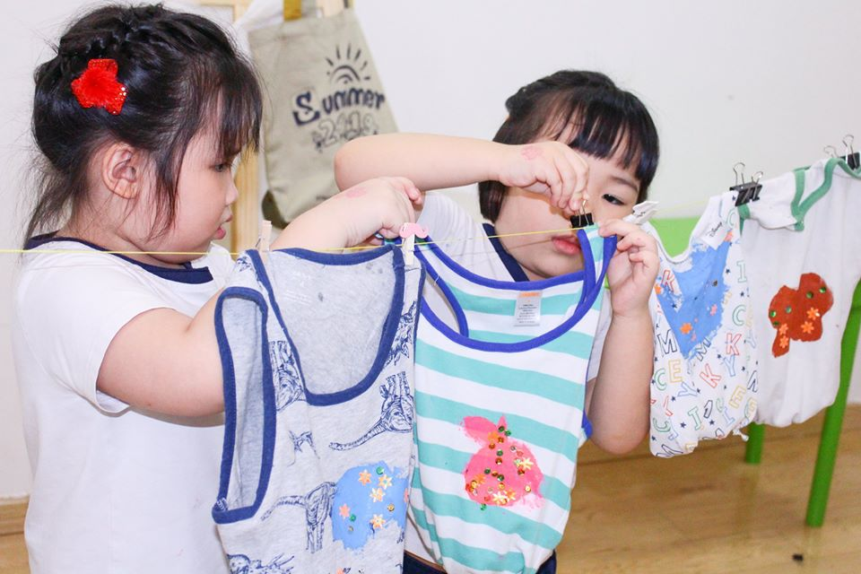Học sinh Kindy City tái chế quần áo cũ