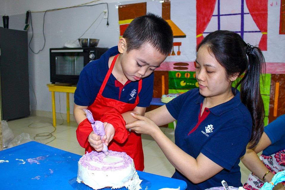 Trẻ thỏa niềm khao khát trải nghiệm, khám phá nhất chính là việc được tự tay bôi trét kem và trang trí bánh