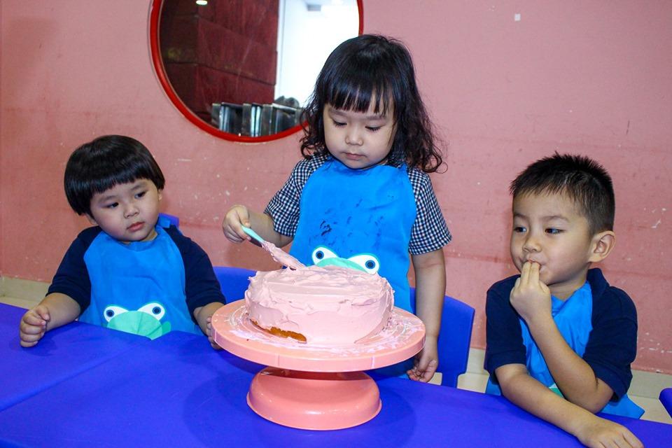 Các em lâng lâng vui sướng khi nghĩ đến chuyện sẽ cùng ba mẹ làm chiếc bánh sinh nhật để tặng những người thân yêu