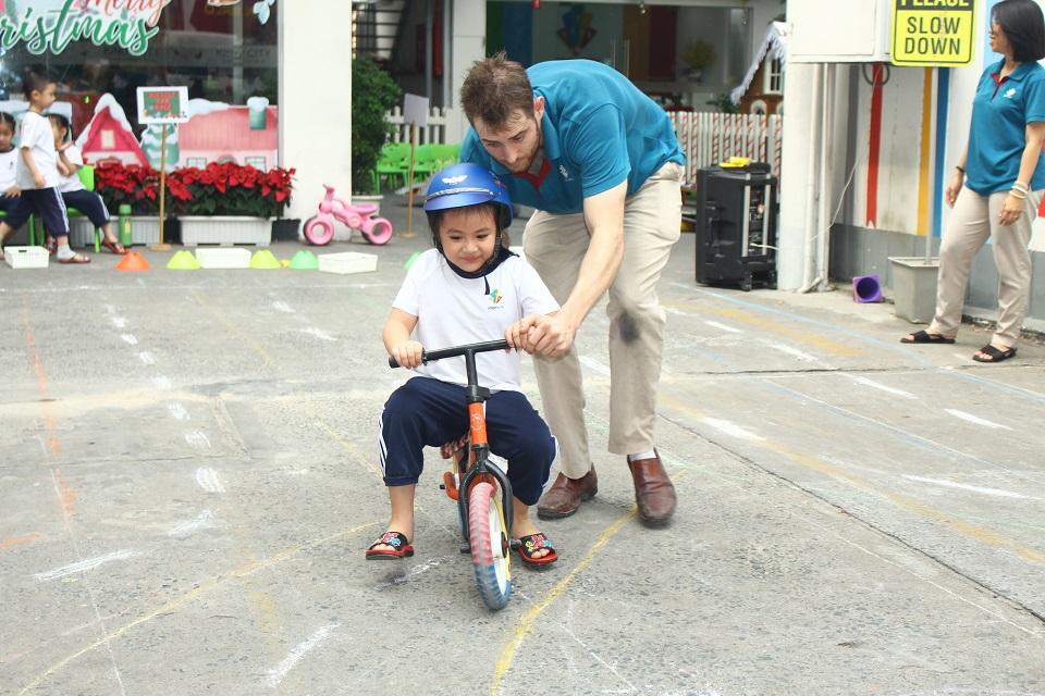 """Trẻ học qua chơi tại """"Roads Study"""""""