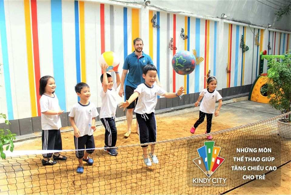 Bóng chuyền là một trong những hoạt động yêu thích của trẻ tại Kindy City