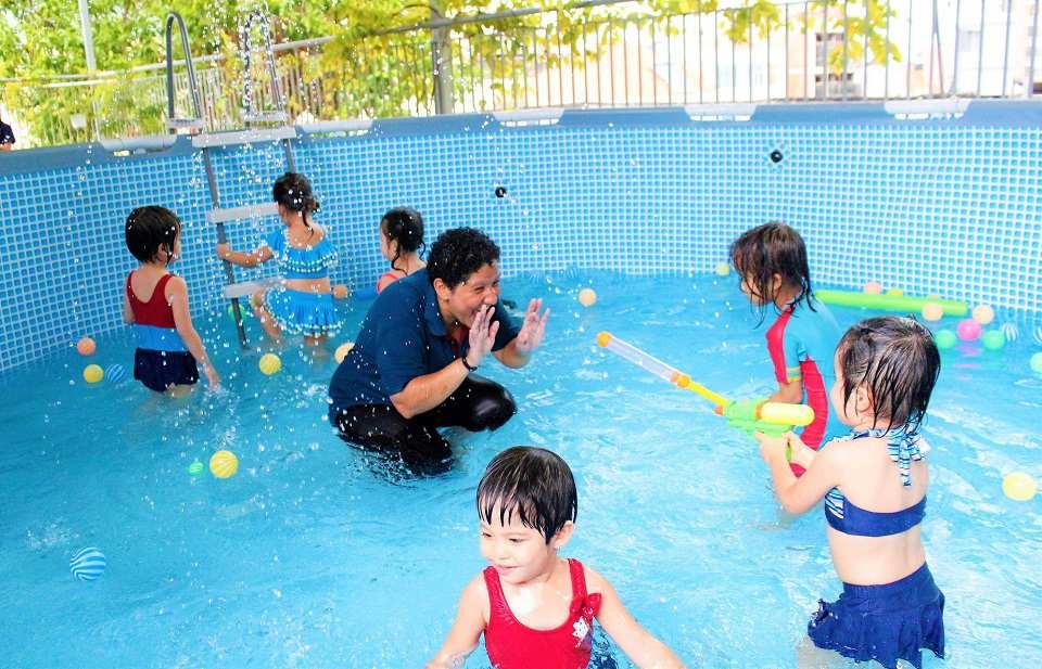 Bơi là một trong những môn thể thao yêu thích của trẻ