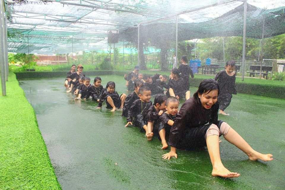 """Trẻ vui chơi thỏa thích dưới """"cơn mưa mùa hè"""""""