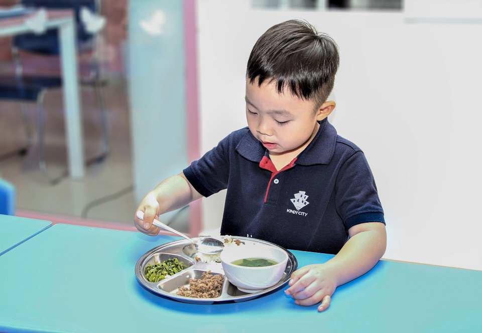 trẻ tự xúc ăn