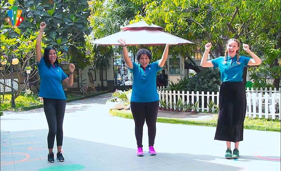 Các cô Wiedaad, Lee và Laura trong clip hướng dẫn trẻ cùng thực hiện hoạt động