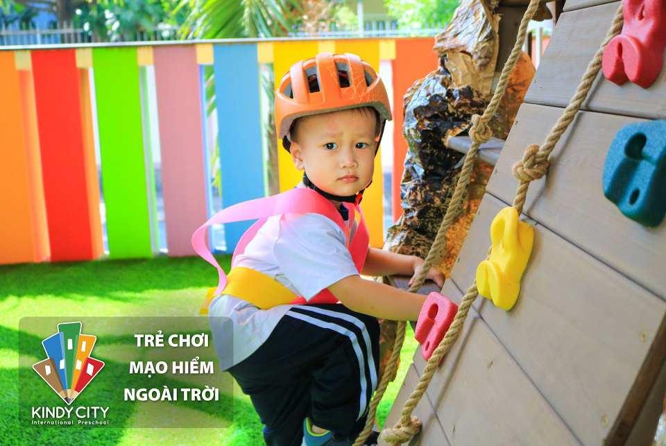truong-mam-non-quoc-te-thu-cho-tre-choi-mao-hiem-ngoai-troi