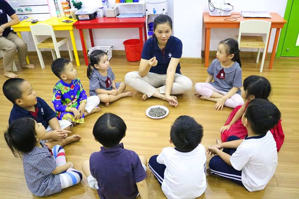 truong-mam-non-quoc-te-Teacher-asked-her-students-questions-regarding-the-kinds-of-seeds-the-class-was-about-to-enjoy