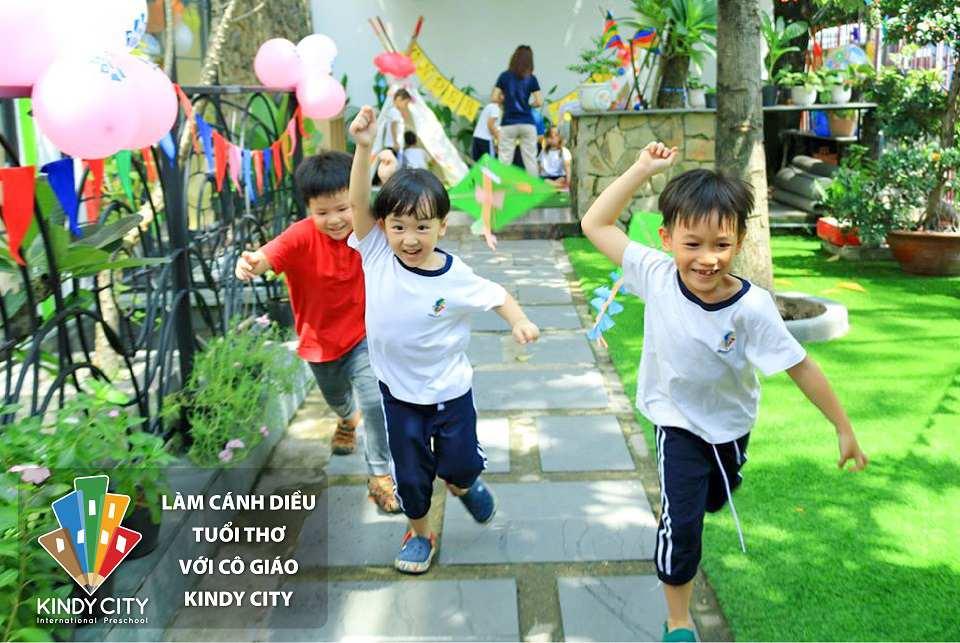 truong-mam-non-quoc-te-lam-canh-dieu-tuoi-tho-voi-co-giao-kindy-city