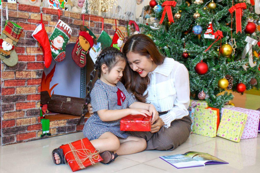 Diễn viên Vân Trang và con gái Queenie tạo dáng bên lò sưởi Kindy City