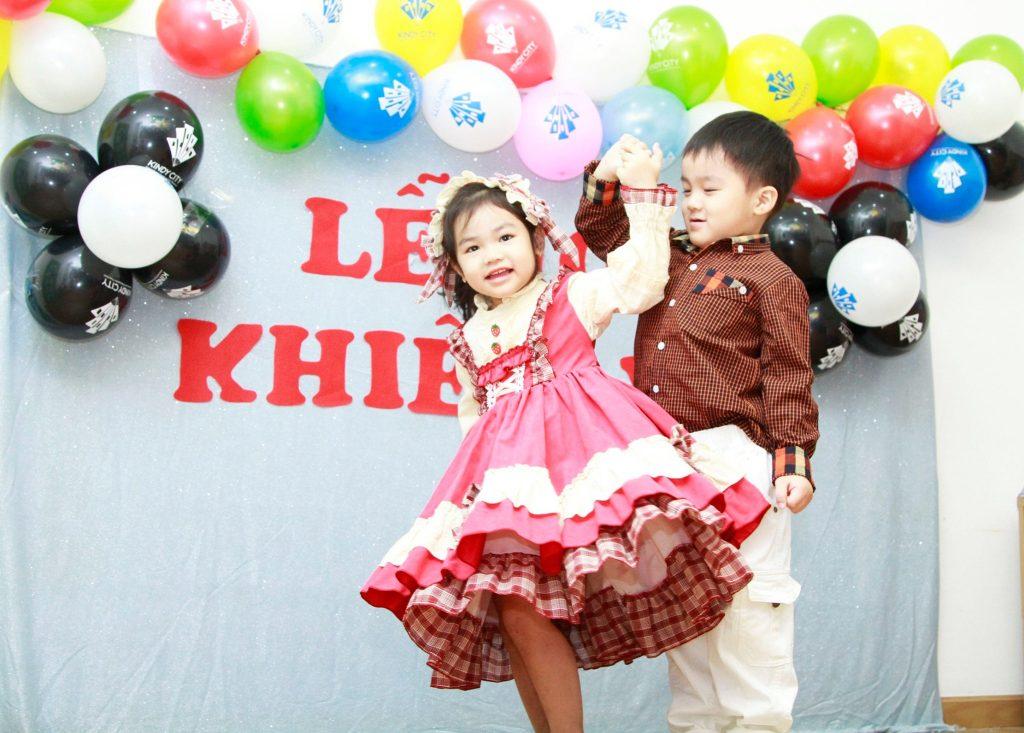 Học trò KINDY CITY xúng xính váy áo dự lễ hội khiêu vũ