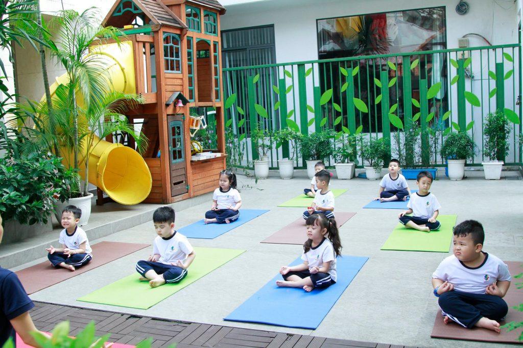 Học sinh Kindy City tập yoga để bắt đầu ngày mới