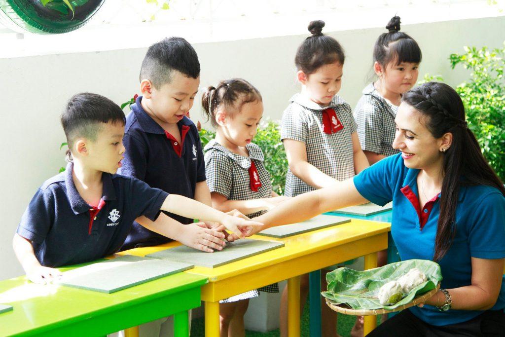 Học sinh Kindy City quận 7 làm quen gốm nghệ thuật cùng cô Seda