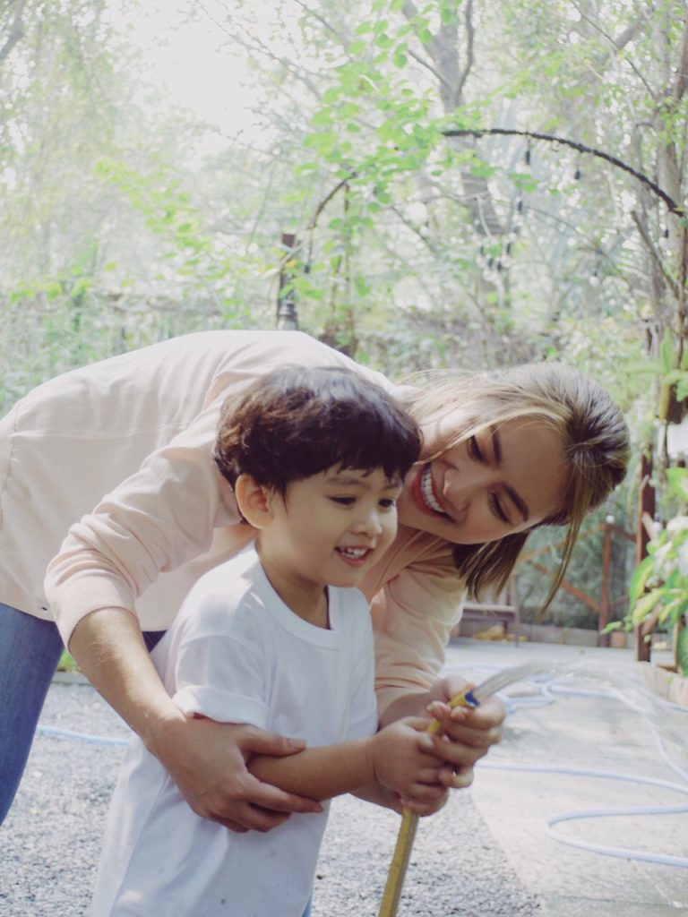 Người mẹ rất vui khi con trai đã phát triển rất nhiều kỹ năng sống cũng như khả năng vận động cơ thể