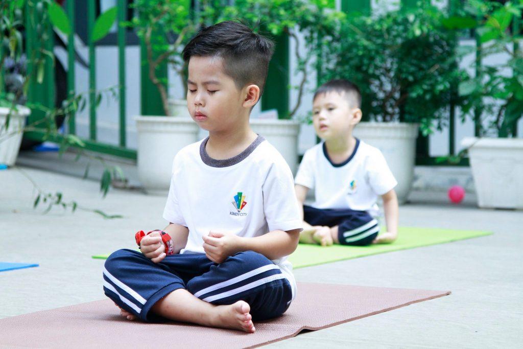 Trẻ nhắm mắt nghe nhạc, tập dùng thính giác và lặng im cảm nhận những âm thanh xung quanh mình