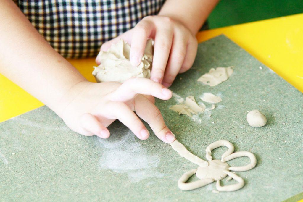 Những bàn tay nhỏ nhắn bắt đầu hối hả vê tròn, tạo hình con luơn dài hay cán đất vô cùng linh hoạt