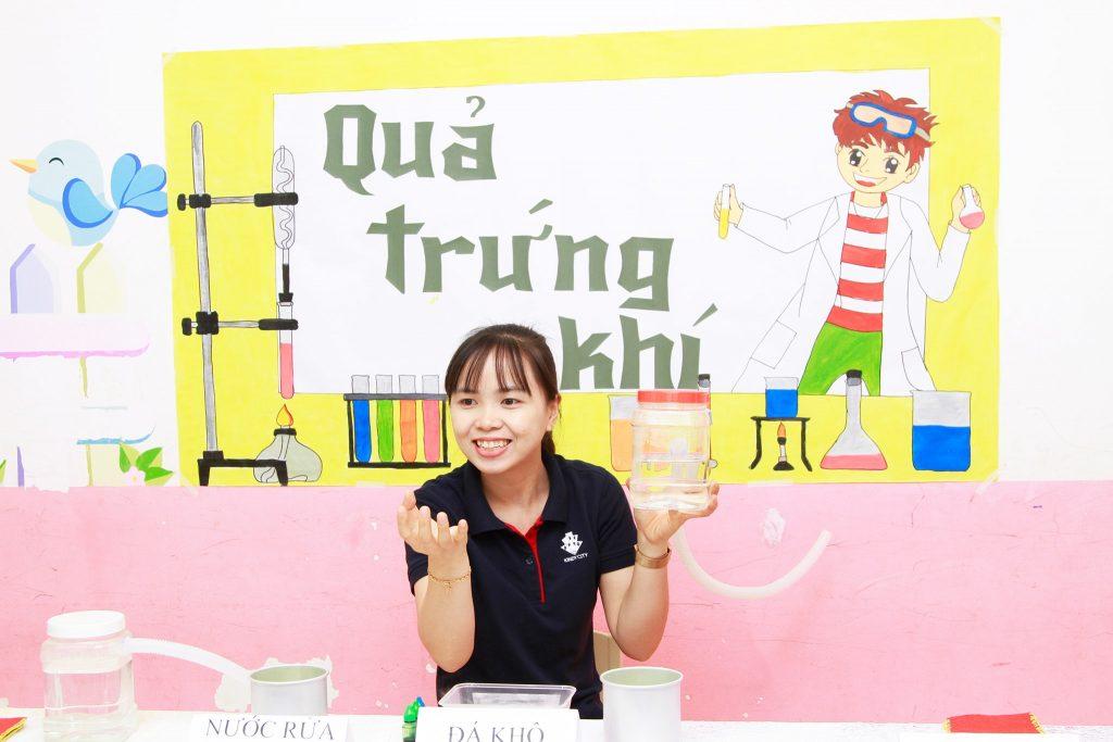 Cô giáo giới thiệu thí nghiệm cho cả lớp