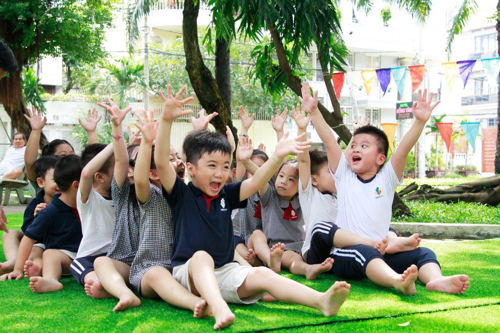 Nụ cười tinh nghịch, thú vị bật ra ở tiết học trong lớp, ngoài trời