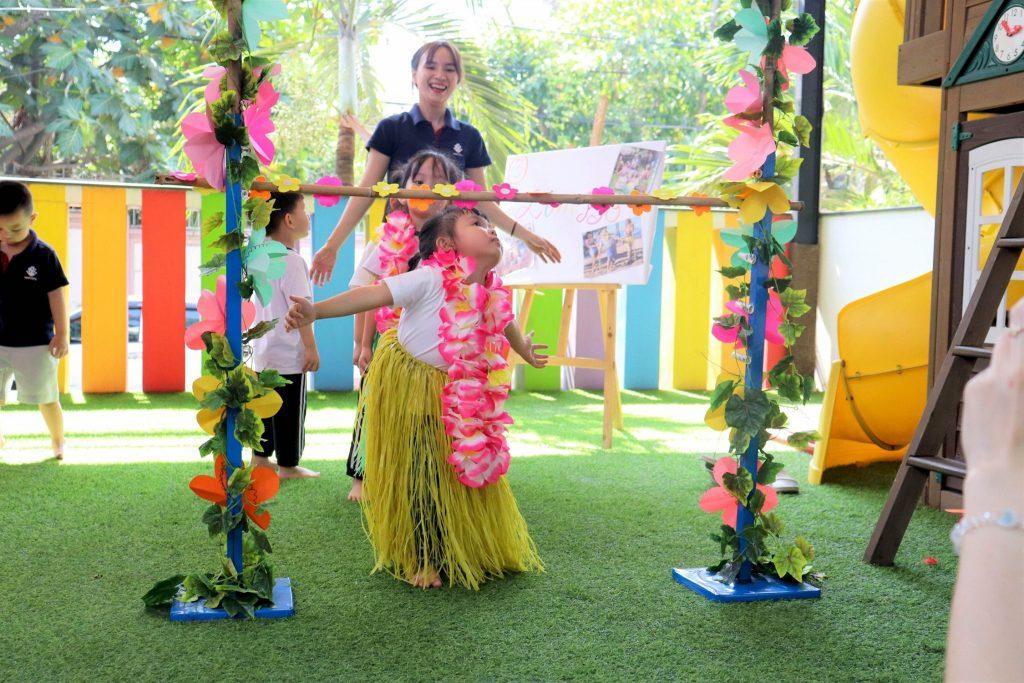 Các cô đã chuẩn bị đầy đủ dụng cụ giúp các em hóa trang thành người Hawaii